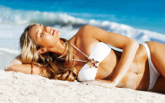 Candice Swanepoel In Beach Wallpaper